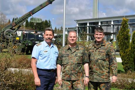 Freuen sich schon auf den Tag der offenen Tür, (v. r.) die Oberstleutnante Lars Gehlhaar und Lars Hoffmann sowie Oberstabsfeldwebel Peter Hanke. Im Hintergrund laufen bereits Aufbauarbeiten ersterer Exponate.