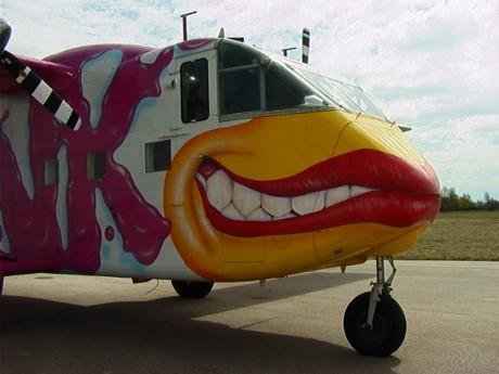 """Diesem lasziven Lächeln kann kein gestandener Skydiver widerstehen. Alle lieben """"Pinki"""". Deren ältere Schwester kommt auf die Lipper Höhe. (Foto: www.pink.at)"""
