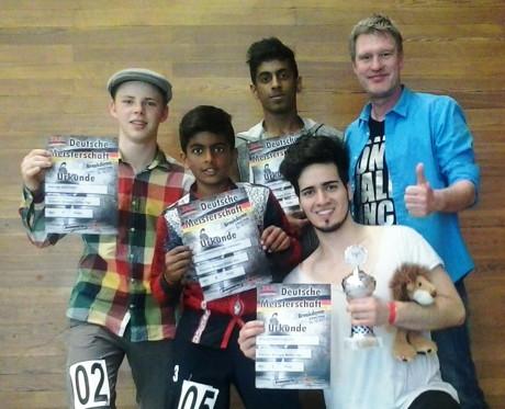 Das Bild zeigt v.l.n.r.: Das erfolgreiche Team des Tanzkreis Siegen mit Dariusz Szkodny, Siyan Thiru, Santhos Thiru, Angelo Antona Ulloa und Udo Ossenbühl (Foto: Tanzkreis)