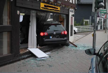 2015-05-24_Bad_Laasphe_Pkw_in_Immobilienbüro_Foto_Polizei_01