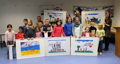 Stolz präsentieren die Kinder ihre bunten Werke, die jetzt im Weidenauer Rathaus ausgestellt werden. (Foto: Stadt Siegen)