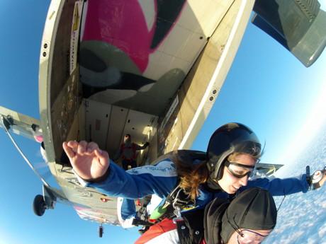 …und tschüß! Tandemmasterin Annick Heijboer verlässt als (fast) Letzte mit Passagier den Bauch der Skyvan. Lademeister Steve Clebusch (oben) kontrolliert, ob niemand zurück geblieben ist. (Foto: Marcel Leicher)