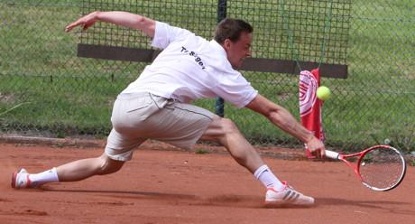 Johannes Hoch (LK 3, TC BW Sundern) in der entscheidenden und hart umkämpften Begegnung nach beinahe zwei Stunden Spieldauer mit 7:6 (7:3) und 6:4.
