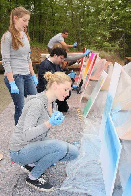 Mit der Spraydose wurden europäische Sehenswürdigkeiten in einem Graffiti-Workshop auf die Leinwand gebracht. (Foto: Berufskolleg)