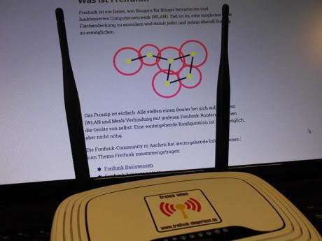"""""""Freifunk-Router"""" vor einem Ausschnitt aus der Homepage von Freifunk Siegerland. (Foto: dbf)"""