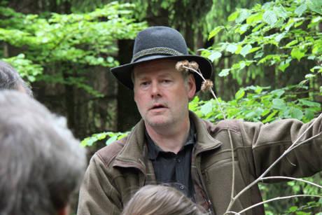 """Unter fachkundiger Führung ging es sogar durch sonst eigentlich verbotenes Terrain des Naturschutzgebietes. Über zweieinhalb Stunden ging Matthias Jung im Rahmen seiner äußerst kurzweiligen und interessant gestalteten Führung auf die Besonderheiten ein. """"Herzlichen Dank dafür!"""""""