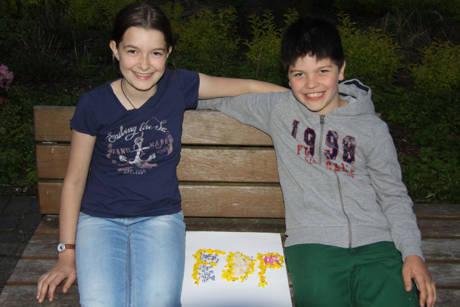 Die Jüngsten Teilnehmer der Wanderung waren besonders kreativ und kreierten im Anschluss aus gesammelten Blüten ein FDP-Logo in aktuellen FDP-Farben.