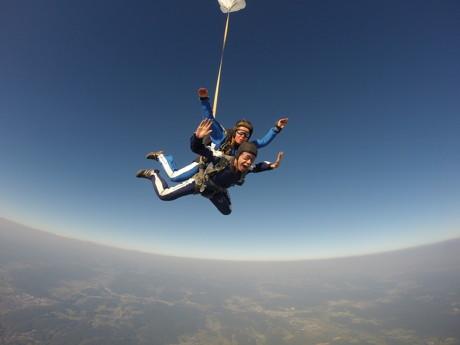 Adrenalinspaß mit Annick: Annick Heijboer ist eine der ganz wenigen Frauen, die am  deutschen Himmel als Tandemmasterinnen unterwegs sind. Hoch über dem Siegerlandflughafen und Breitscheid nimmt sich die junge Dame hin und wieder auch einen Kerl  vor die Brust. (Foto: Marcel Leicher)