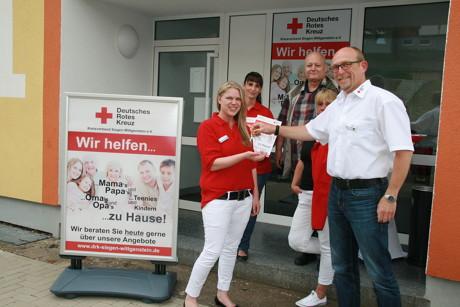 Ralf Henze (Kreisgeschäftsführer) übergibt Christine Renard den Haustürschlüssel für das neue Beratungsbüro des DRK in der Wildrosenallee 1 in Siegen-Geisweid. (Foto: DRK)