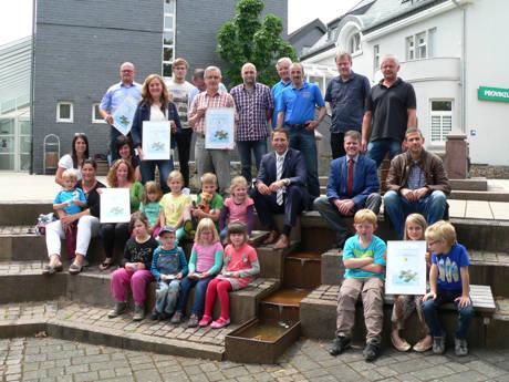 Fünf Preisträger konnten am vergangenen Mittwoch den Klimaschutzpreis der Gemeinde Neunkirchen entgegennehmen. Während die Erwachsenen eine Urkunde entgegennahmen, gab's für die Kinder Gummibärchen. (Foto: Gemeinde)