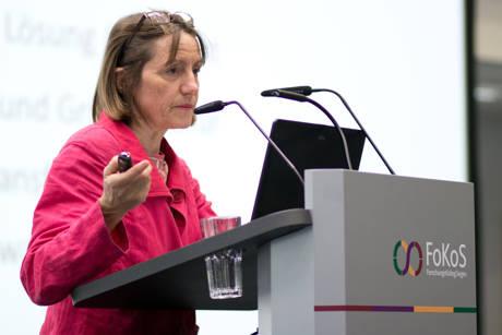 Schweizer Ökonomin Irmi Seidl sprach im Siegener FoKoS über die Wachstumsfixierung westlicher Industrienationen und warum wir lernen müssen, mit weniger Wirtschaftswachstum zu leben. (Foto: Janine Taplan)