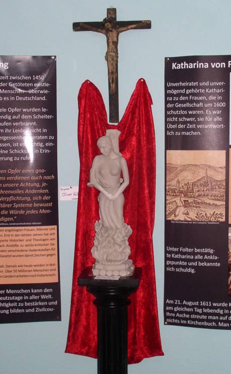 """Die von Oliver Velte (Wiesenbach) speziell  für diese Ausstellung angefertigte Skulptur """"Hexenverbrennung"""". (Foto: privat)"""