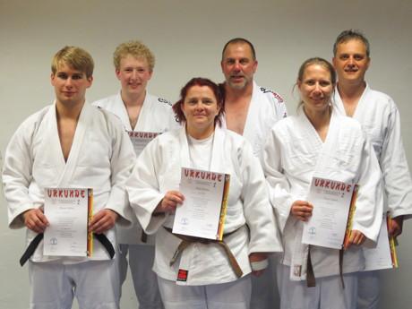 Judomeister-Grade erfolgreich erworben: Manuel Gabsa, Tristan Vonjahr, Anke Pfeifer, Stefan Schnitzler, Dr. Tanja Trögele u. Bernd Spornhauer (v.l.n.r.)