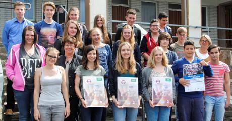 Klasse 9a/Bio AG, der Realschule Am Kreuzberg, Netphen, mit Lehrerin Ursula Wussow (2. Reihe rechts.) und Jutta Capito, Schirmherrin und stv. Landrätin (2. Reihe 2. v. re.).