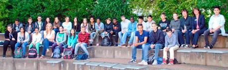 Klasse 6 b, Realschule Oberes Schloss, Siegen, mit Klassenlehrerin Sarah Schäfer (vorne, 4. v.re.), AOK-Niederlassungsleiterin Claudia Büdenbender (hinten, 2. v.re.) und Schirmherrin und stv. Landrätin Jutta Capito (hinten, 3. v. re.).