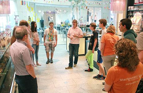 """Im Sommer 2014 besuchte eine Schülergruppe """"dasnaschwerk"""" in Siegen und konnte dort direkt vom Markus Podzimek eine Menge über das junge und erfolgreiche Unternehmen erfahren. Foto: Startpunkt57"""