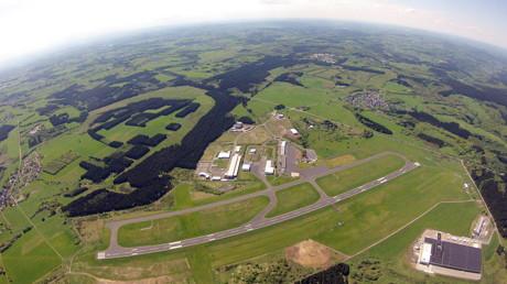 """Der Siegerlandflughafen von oben. Auf der 1620 Meter langen asphaltierten Hauptpiste können selbst """"dicke Brummer"""" problemlos landen und starten. (Foto: Skydive Westerwald)"""