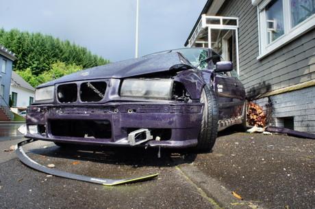 2015-07-06_Wilnsdorf-Wilden_L722_VUP_BMW kracht gegen Hauswand_Foto_Hercher_15