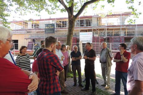 Auf dem Roten Platz informierte Stadtbaurat Vogel anschließend über die Planungen der regionalen Lebensmittelgruppe Dornseifer zur Errichtung eines neuen Marktes auf dem Gelände des über vier Jahre geschlossenen alten Extra-Marktes. (Foto: SPD)