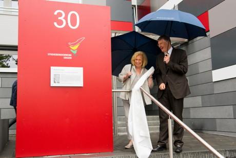 Lya Friedrich Pfeifer bei der feierlichen Enthüllung der Stehle mit Gedenktafel zusammen mit Detlef Rujanski, dem Geschäftsführer des Studierendenwerks Siegen.