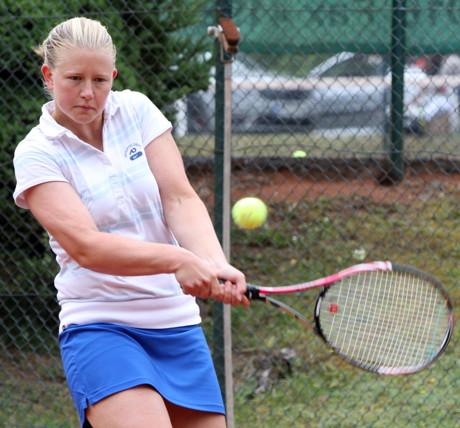 Damen-Titelverteidigerin Katharina Fedler (TuS AdH Weidenau), die mit einem lockeren 6:1, 6:0 gegen ihre Vereinskollegin Petra Canpolat ins Halbfinale einzog. (Foto: Altenseelbach Open-Pressebüro)