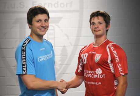 Trainer Michael Lerscht (l.) begrüßt Moritz Barwitzki beim TuS Ferndorf. (Foto: Verein)