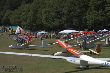Abstellplatz mit Segelflugzeugen.