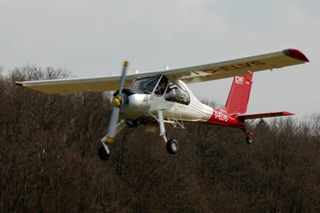 Schleppmaschine Wilga im Landeanflug.