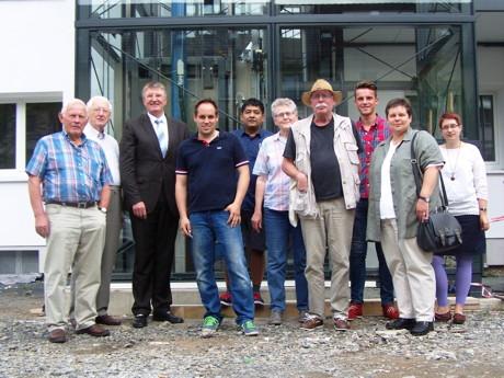 Mitglieder der Siegener SPD-Fraktion besuchten die Firma Busse Aufzüge. Geschäftsführer Wolfgang Busse (4.v.l.) führte die SPD-Mitglieder auch zu einer Baustelle in der Siegener Charlottenstraße. (Foto: SPD)