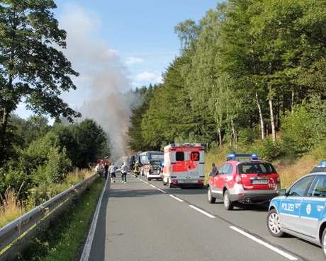 LKW-Vollbrand-Motorradunfall