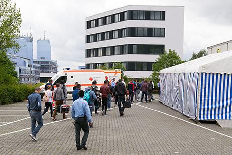 Die ersten Flüchtlinge erreichen die Sporthalle | Foto: Stadt Siegen