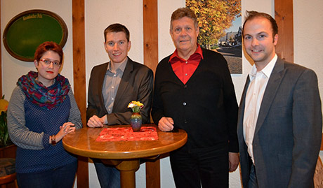 Hannes Gieseler (2.v.l.) ist neuer Vorsitzender des Unterbezirksausschusses (UBA) der SPD im Kreis Siegen-Wittgenstein, seine Stellvertreter sind Jasmin Reichmann (l.) und Steffen Löhr (r.). Unterbezirksvorsitzender Willi Brase (2.v.r.) zeigte sich erfreut, dass künftig drei junge Leute an der Spitze des UBA stehen. Foto: SPD