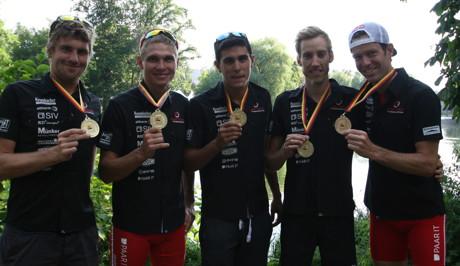 Herren nach Siegerehrung von links nach rechts David McNamee, Ivan Vasiliev, Anthony Pujades, Johnny Zipf, Sven Riederer