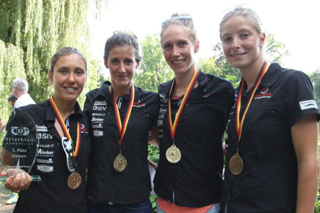 Damen nach Siegerehrung von links nach rechts Emmie Charayron, Julie Nivoix, Svenja Bazlen, Theresa Baumgärtel.