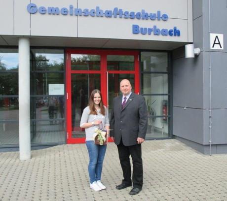 Fachbereichsleiter Jochen Becker verabschiedete Laura Fey von der Gemeinschaftsschule Burbach nach der Ableistung ihres Bundesfreiwilligendienstes. (Foto: Gemeinde Burbach)