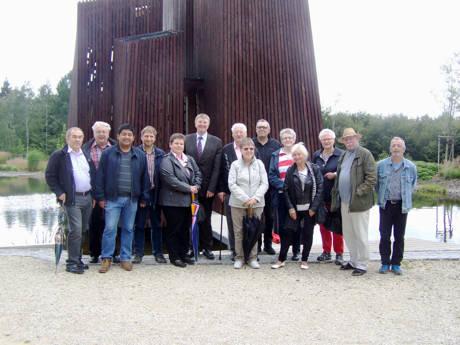 Mitglieder der Siegener SPD-Fraktion besuchten jetzt das Erfahrungsfeld SCHÖNUNDGUT auf dem Fischbacherberg. Projektleiter Herman Schmid (r.) führte die Fraktionsmitglieder über das Gelände und erläuterte die einzelnen Entwicklungsschritte. (Foto: SPD)