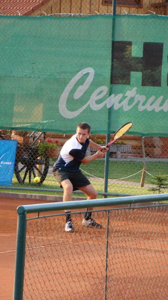Thieringhausens überragender Spitzenspieler Marek Mrozek, der alle 5 Einzel für den TC Thieringhausen gewinnen konnte. (Foto: Verein)