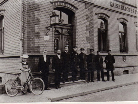 Kaiserliches Postamt Hilchenbach 1901. Auf dem Bild Postverwalter Strünkelnberg                            mit seiner Mannschaft und seiner Tochter Elly.