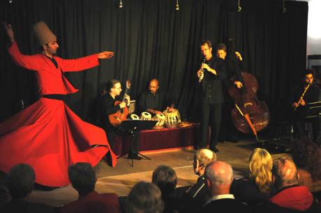 Der Derwisch-Tanz (Sufidrehtanz) entstand aus dem Sufismus.