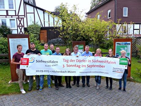 Vertreter der Müsener Dorfgemeinschaft, der Südwestfalen Agentur und der Stadt Hilchenbach freuen sich auf den Tag der Dörfer. (Foto: Stadt Hilchenbach)