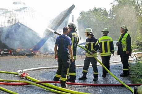 Feuerwehr-im-Einsatz-bei-Vollbrand