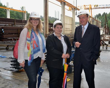 Freudenbergs stellvertretende Bürgermeisterin Nicole Reschke (li.) und Tanja Wagener (SPD, MdL) besuchten jetzt gemeinsam den Standort Lindenberg des Bauunternehmens Otto Quast; ihr Gesprächspartner war Firmenchef Reinhard Quast (re.).