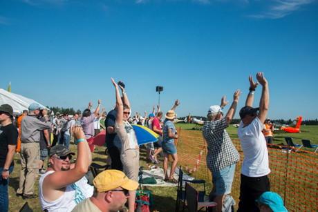 Das Publikum war restlos begeistert und feierte die Piloten mit La-Ola-Wellen. (Foto: Elfi Jung)