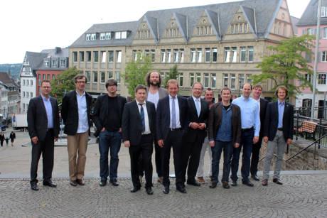 Die neuen Professoren der Universität Siegen wurden im Zentrum Siegens durch das Trio Bürgermeister-Rektor-Kanzler empfangen. (Foto: Uni)