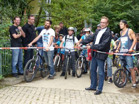Bürgermeister Hasenstab bei der Wiedereröffnung des Bike- und Skateparks Hilchenbach.