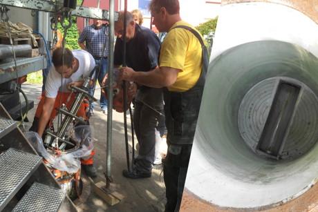 Unter den interessierten Blicken einiger Kollegen umliegender Abwasserbetriebe wurde der Schlauchliner in den sanierungsbedürftigen Schacht eingelassen (l.), das gute Ergebnis (r.) überzeugte nicht nur die Gemeindewerke Wilnsdorf. (Foto: Gemeinde Wilnsdorf)
