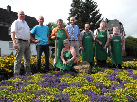 Die Gemeinde Burbach und der Obst- und Gartenbauverein Burbach kümmern sich gemeinsam um die Pflege der Grünfläche im Kreisel in der Jägerstraße. (Foto: Gemeinde Burbach)