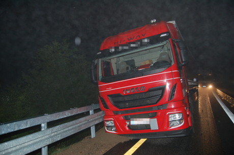 2015-09-14_Haiger_A45_Brummifahrer landet auf A45 in Leitplanke _Foto_Fritsch_01