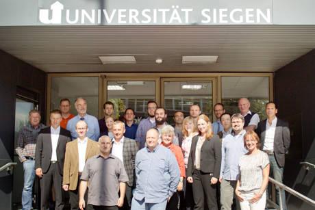 "Die Projektgruppe am Tag des ""Kick-Off-Meetings"" in Siegen-Weidenau. (Foto: Uni)"