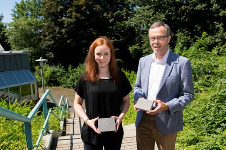 Doktorandin Christina Krämer und ihr Doktorvater Prof. Dr. habil. Reinhard Trettin. (Foto: Uni)